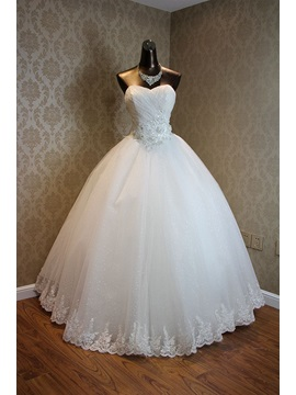 Sweetheart Neckline Beaded Appliques Ball Gown Wedding Dress