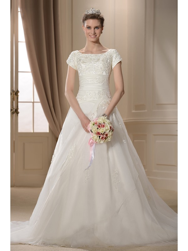 Luxurious A-line/Princess Bateau Short-Sleeves Chapel Train Appliques Wedding Dress