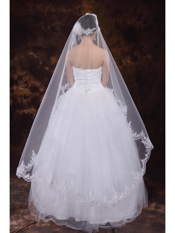 Elegant Fingertip Veil with Lace Applique Edge