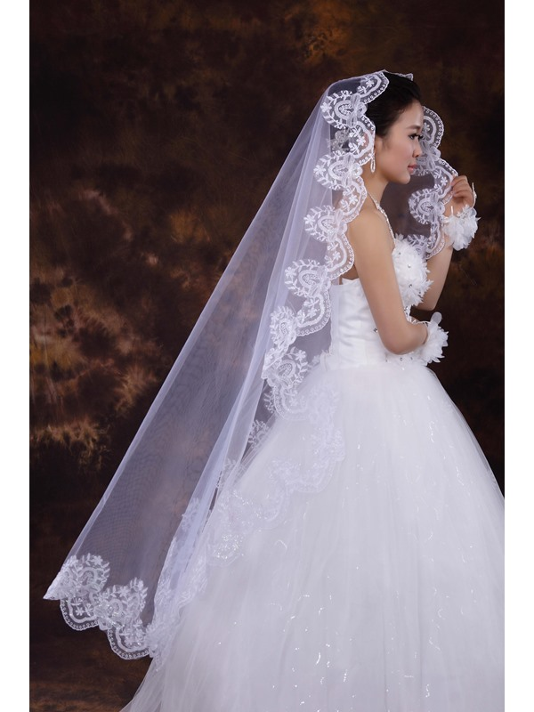 Superior Wedding Bridal Veil with Lace Appliques Edge